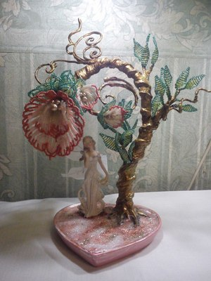 Продаются цветы и деревья из бисера, такое произведение может быть отличным украшением для дома, а также красивым и...
